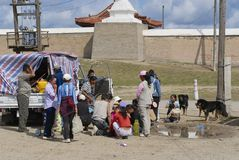 蒙古人民有在Erdene Zuu之外的野餐在Kharkhorin,蒙古 库存图片