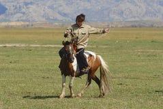 蒙古妇女在马背上乘坐大约Harhorin,蒙古 免版税库存图片