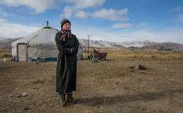 蒙古游牧人夫人在蒙古寒带草原 图库摄影