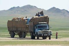 蒙古familiy搬到一个新的地点 免版税库存图片