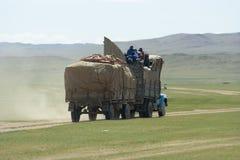 蒙古familiy搬到一个新的地点 免版税图库摄影