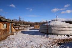 蒙古yurt在村庄 库存图片