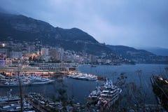 蒙地卡罗夜都市风景由小游艇船坞,摩纳哥的里维埃拉的 3月 免版税库存图片