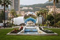 蒙地卡罗赌博娱乐场的反射天空镜子雕塑的 免版税库存图片