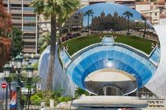 蒙地卡罗赌博娱乐场的反射天空镜子雕塑的Anish Kapoor在蒙地卡罗,摩纳哥 库存照片