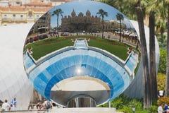 蒙地卡罗赌博娱乐场的反射天空镜子雕塑的Anish Kapoor在蒙地卡罗,摩纳哥 免版税库存照片