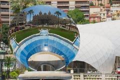 蒙地卡罗赌博娱乐场的反射天空镜子雕塑的Anish Kapoor在蒙地卡罗,摩纳哥 图库摄影
