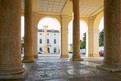 蒙塔尼亚纳,意大利- 2017年8月25日:与专栏的一个大厦在城市的中心广场 免版税库存图片