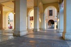蒙塔尼亚纳,意大利- 2017年8月25日:与专栏的一个大厦在城市的中心广场 图库摄影