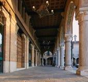 蒙塔尼亚纳,意大利- 2017年8月25日:与专栏的一个大厦在城市的中心广场 库存图片
