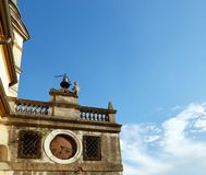 蒙塞利切,意大利- 2017年7月13日:别墅Dudo和圣乔治教会  在大厦的外部的古老时钟 库存图片