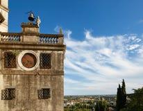 蒙塞利切,意大利- 2017年7月13日:别墅Dudo和圣乔治教会  在大厦的外部的古老时钟 库存照片