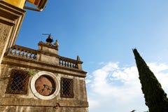 蒙塞利切,意大利- 2017年7月13日:别墅Dudo和圣乔治教会  在大厦的外部的古老时钟 免版税库存照片