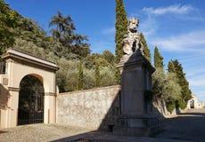 蒙塞利切,意大利- 2017年7月13日:别墅Dudo 在入口门小组的雕象 库存图片