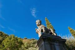 蒙塞利切,意大利- 2017年7月13日:别墅Dudo 在入口门小组的雕象 免版税库存图片