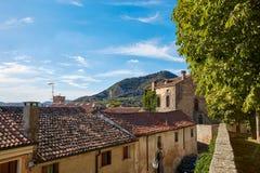 蒙塞利切,意大利- 2017年7月13日:别墅Dudo 在入口门小组的雕象 免版税库存照片