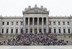 """蒙得维的亚,乌拉圭†""""2017年10月8日:立法宫殿的楼梯的人们 库存图片"""