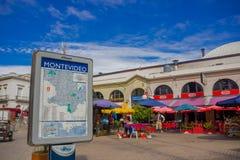 蒙得维的亚,乌拉圭- 2016年5月04日:位于在一些食物地方前面的一个正方形的城市的地图 免版税库存照片