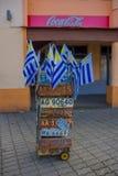 蒙得维的亚,乌拉圭- 2016年5月04日:有很多汽车许可证和乌拉圭旗子的,可口可乐横幅精密小的推车  库存照片