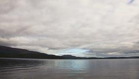洛蒙德湖、天空和水 免版税库存图片
