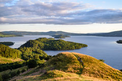 洛蒙德湖看法从圆锥形小山的 库存照片