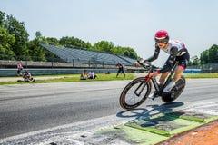 蒙扎,意大利2017年5月28日:专业骑自行车者,阿拉伯联合酋长国在意大利的游览的上次试验阶段合作, 2017年 免版税库存图片