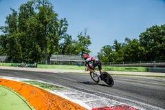 蒙扎,意大利2017年5月28日:专业骑自行车者,阿拉伯联合酋长国在意大利的游览的上次试验阶段合作, 2017年 库存照片
