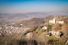 蒙泰基奥马焦雷威岑扎,意大利小山的看法  免版税库存图片