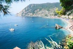 蒙泰罗索阿尔马雷海滩,正是季节,一种沿海村庄和手段全景在五乡地,利古里亚,意大利 免版税库存图片
