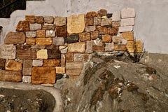 蒙泰罗索阿尔马雷,意大利- 2014年12月11日:晃动记忆石标志在堡垒墙壁 Monterosso Al母马 五乡地Na 免版税库存照片