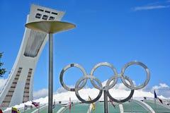 蒙特利尔奥林匹克体育场塔、大锅和奥林匹克圆环 免版税库存图片