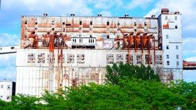 蒙特利尔旧港口的老被放弃的工厂  免版税库存照片