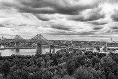 蒙特利尔海湾桥梁-在黑白照片的铜与剧烈的天空 库存图片