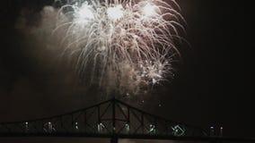 蒙特利尔烟花在桥梁的晚上 影视素材