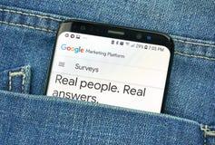 蒙特利尔,加拿大- 2018年10月4日:谷歌在s8屏幕上的调查应用程序 谷歌是提供a的美国技术公司 库存照片