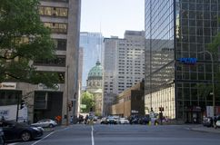 蒙特利尔,魁北克,加拿大- 2016年7月18日:汽车城市街道inters 免版税库存图片