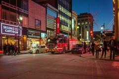 蒙特利尔,魁北克,加拿大- 2016年3月11日:晚上在街市蒙特利尔市,早日落 当竞争时,图象可能有五谷或吵闹 库存照片