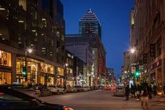 蒙特利尔,魁北克,加拿大- 2016年3月11日:晚上在街市蒙特利尔市,早日落 当竞争时,图象可能有五谷或吵闹 图库摄影