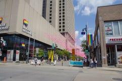 蒙特利尔,魁北克,加拿大- 2016年7月18日:漫步在R下的人们 库存图片