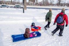 蒙特利尔, QC,加拿大- 2012年1月14日 拉扯雪撬的两个爸爸 库存照片