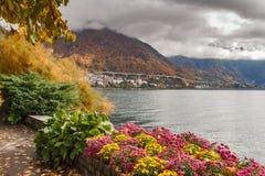 蒙特勒,瑞士- 2015年10月29日:蒙特勒和莱芒湖的堤防秋天视图  图库摄影