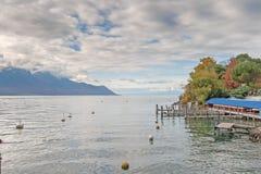 蒙特勒,瑞士- 2015年10月29日:蒙特勒和莱芒湖的堤防秋天视图  库存图片