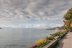 蒙特勒,瑞士- 2015年10月29日:蒙特勒和莱芒湖的堤防秋天视图  库存照片
