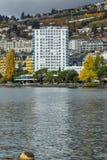 蒙特勒,瑞士- 2015年10月29日:蒙特勒和阿尔卑斯,沃州小行政区的堤防  免版税库存图片