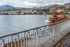 蒙特勒,瑞士- 2015年10月29日:蒙特勒和阿尔卑斯,瑞士的堤防 免版税库存照片