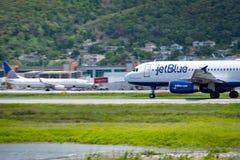 蒙特哥贝,牙买加- 2015年4月11日:在跑道的JetBlue航空器在Sangster国际机场MBJ在蒙特哥贝 免版税库存照片