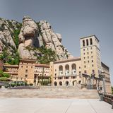 蒙特塞拉特修道院-美丽的本尼迪克特的修道院高在山在巴塞罗那,卡塔龙尼亚,西班牙附近 免版税库存照片