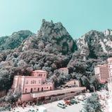 蒙特塞拉特修道院-美丽的本尼迪克特的修道院高在山在巴塞罗那,卡塔龙尼亚,西班牙附近 库存图片