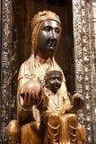 蒙特塞拉特的黑人玛丹娜12世纪雕象在蒙特塞拉特修道院大教堂里  她是被保护的玻璃盖 库存图片