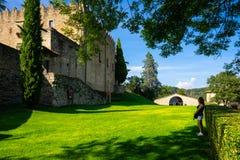 蒙特斯基乌城堡在里波尔,加泰罗尼亚,西班牙 免版税库存照片